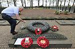 """Foto: VidiPhoto..LANGEMARK - In de aanloop naar de 100-jarige herdenking van het begin van de Eerste Wereldoorlog volgend jaar, is er een toenemende belangstelling voor de honderden militaire begraafplaatsen in België, vooral van scholen. Zo ook het """"Deutscher Soldatenfriedhof"""" in Langemark, West-Vlaanderen, de grootste militaire begraafplaats buiten Duitsland met 44.304 gesneuvelde soldaten. Ruim 24.000 liggen er in een massagraf, een van de grootste massagraven ter wereld. In totaal liggen in België 134.000 Duitse soldaten uit de Eerste Wereldoorlog begraven. Wereldwijd kostte de Eerste Wereldoorlog aan meer dan 9 miljoen soldaten het leven. Foto: Eerbetoon bij het massagraf met bijna 25.000 Duitse militairen.."""