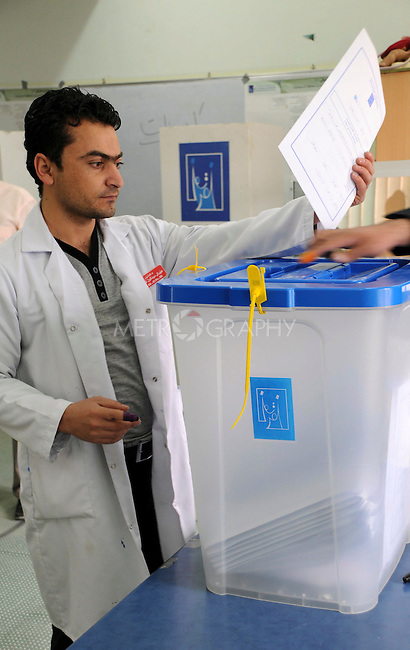 SU, IRAQ; Thursday, March 4, 2010. Early voting in Iraq for detainees, hospital patients and military and security personnel is taking place Thursday, ahead of the parliamentary elections on Sunday, March 7, 2010. .Photo by Pazhar Muhammad/ Metrography
