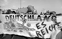 BERLINO / GERMANIA - 3 OTTOBRE 1990.GRUPPI DI AUTONOMI E ALTERNATIVI DI SINISTRA MANIFESTANO NEL QUARTIERE DI KREUZBERG CONTRO L'UNIFICAZIONE DELLA GERMANIA..FOTO LIVIO SENIGALLIESI..BERLIN / GERMANY - 3 OCTOBER 1990.AUTONOMEN AND LEFT WING GROUPS PROTEST AGAINST GERMANY UNIFICATION..PHOTO LIVIO SENIGALLIESI