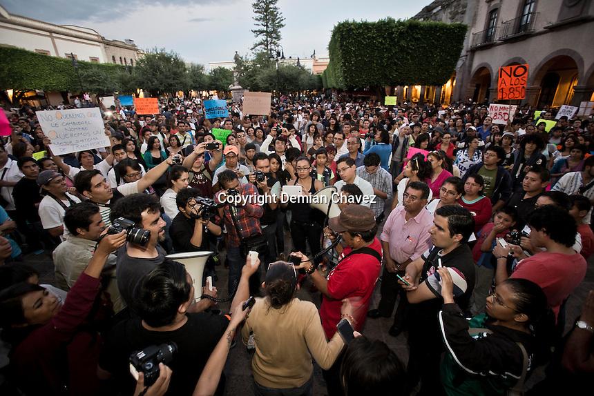 Quer&eacute;taro, Qro. 11 de agosto de 2015.- Ciudadanos y Alumnos de la Universidad aut&oacute;noma de Quer&eacute;taro, marcharon esta tarde contra alza en transporte p&uacute;blico RedQ.<br /> <br /> El rector de la m&aacute;xima casa de estudios, Gilberto Herrera, se solidariz&oacute; con el contingente que emprendi&oacute; la protesta desde la explanada de rector&iacute;a y hasta la plaza de armas en la capital del estado.<br /> <br /> En entrevista mencion&oacute; que la universidad est&aacute; evaluando la posibilidad de un amparo colectivo por el alza en el transporte p&uacute;blico.<br /> <br /> Foto: Demian Ch&aacute;vez.