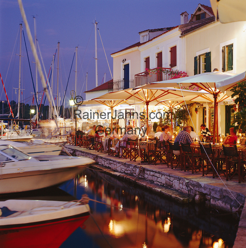 Greece, Cephalonia (Ionian island), Fiskardo: Harbour Restaurants Scene at Night   Griechenland, Kefalonia (Ionische Insel), Fiskardo: Restaurants im Hafen am Abend