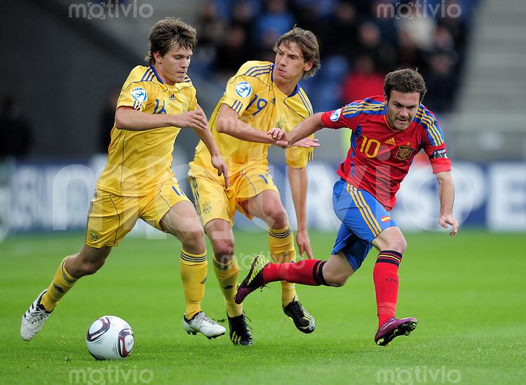 FUSSBALL   UEFA U21-EUROPAMEISTERSCHAFT 2011   GRUPPE B       19.06.2011 Ukraine - Spanien Maxym Biliy (li, Ukraine) gegen Denys Garmash (Mitte, Ukraine) gegen Juan Mata (re, Spanien)