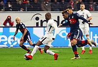 Jetro Willems (Eintracht Frankfurt) gegen James Rodriguez (FC Bayern Muenchen) - 09.12.2017: Eintracht Frankfurt vs. FC Bayern München, Commerzbank Arena