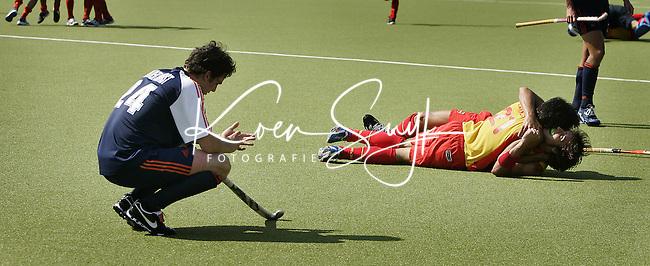 NLD-20050904-Leipzig-EK HOCKEY :  finale Nederland-Spanje 2-4. Oranje verspeelde de overwinning in de laatste minuten. Robert van der Horst treurt terwijl de Spanjaarden feesten.