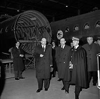 Hangar de l'aéroport Toulouse-Blagnac. Le 2 et 3 février 1962. Vue de Michel Debré, Louis Bazerque et du préfet Morin en visite dans un hangar de construction de Caravelles.