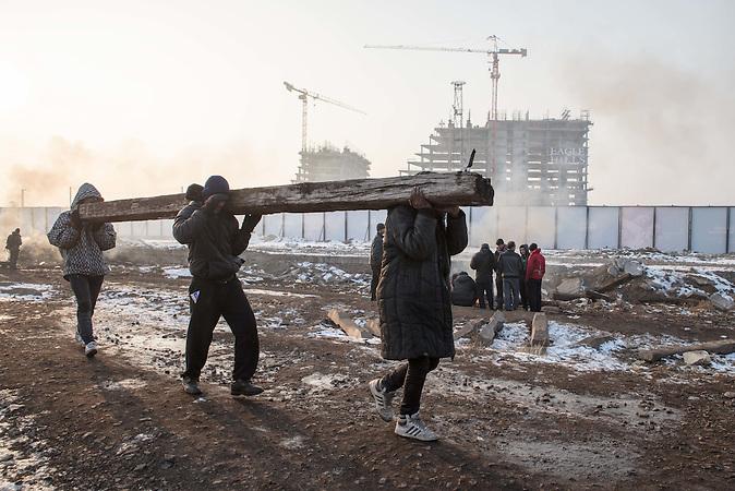 Geflüchtete sammeln Holz, um in den Baracken Feuer zu machen. // Belgrad, Serbien - 22.01.2017 - Ungefähr 10000 Geflüchtete sitzen in Serbien fest. Durch die Schließung der Balkanroute können sie ihr Ziel nicht erreichen und sind auf die Grenzöffnung oder Schlepper angewiesen. Schlepper versprechen ihnen sie nach Kroatien oder Ungarn zu bringen und wollen dafür mehrere tausend Euro. Meist ist das erfolglos. Einige hundert Geflüchtete wohnen in Baracken am Belgrader Hauptbahnhof unter schlechten Bedingungen. Andere sind in Camps untergebracht.