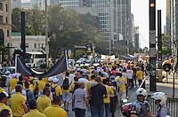 SÃO PAULO, SP, 12 DE SETEMBRO DE 2013 - GREVE CORREIOS - Funcionários dos Correios se concentraram no vão livre do MASP, e seguiram em passeata pela Avenida Paulista, sentido Consolação, na tarde desta quinta feira. Os funcionários estão em greve por melhorias salariais e nas condições de trabalho. FOTO: ALEXANDRE MOREIRA / BRAZIL PHOTO PRESS
