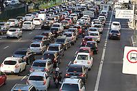 SAO PAULO, SP, 12\05/2014, TRANSITO. O corredor norte/sul apresenta transito intenso na altura da Av Tiradentes no bairro do Bom Retiro, nessa segunda-feira (12). LUIZ GUARNIERI/BRAZIL PHOTO PRESS.