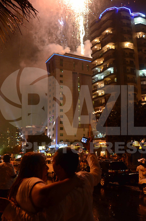 RIO DE JANEIRO, 01 DE JANEIRO DE 2012 - REVEILLON BARRA DA TIJUCA<br /> Casal comemora o reveillon durante queima de fogos na Barra da Tijuca . (FOTO: ALEXANDRE MOREIRA / NEWS FREE)