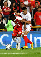 BOGOTÁ - COLOMBIA, 12-01-2019: Fabio Burbano (Izq.) jugador de Independiente Santa Fe disputa el balón con Cristian Álvarez (Der.) jugador de América de Cali, durante partido entre Independiente Santa Fe y América de Cali, por el Torneo Fox Sports 2019, jugado en el estadio Nemesio Camacho El Campin de la ciudad de Bogotá. / Fabio Burbano (L) player of Independiente Santa Fe vies for the ball with Cristian Alvarez (R) player of America de Cali during a match between Independiente Santa Fe and America de Cali, for the Fox Sports Tournament 2019, played at the Nemesio Camacho El Campin stadium in the city of Bogota. Photo: VizzorImage / Luis Ramírez / Staff.