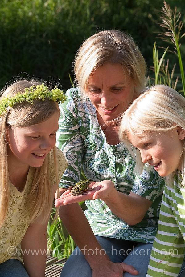 Mutter zeigt ihren Kindern einen Teichfrosch am Gewässer, Teich-Frosch, Grünfrosch, Frosch, Frösche, Pelophylax esculentus, Rana kl. esculenta, European edible frog, Naturpädagogik
