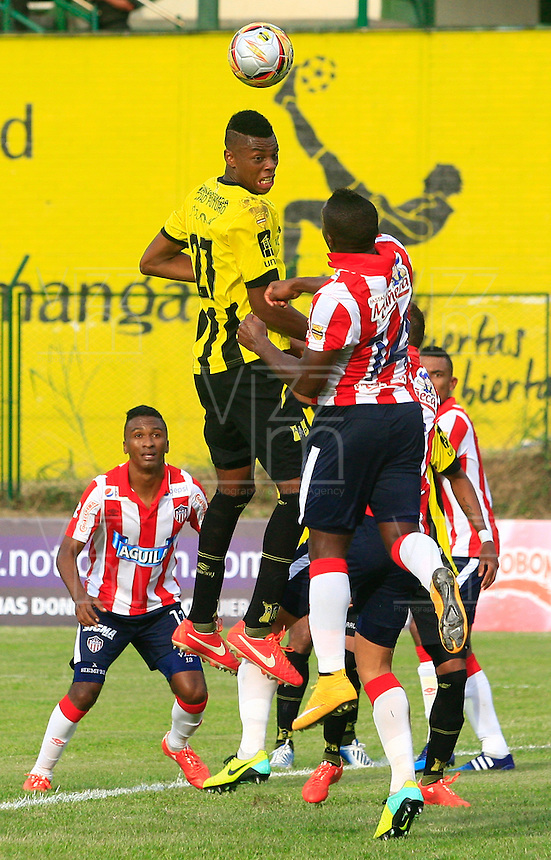 FLORIDABLANCA - COLOMBIA 05 -04-2015: Jeison Palacios (Izq.) jugador de Alianza Petrolera disputa el balón con Edison Toloza (Der.) jugador de Atletico Junior, durante partido entre Alianza Petrolera y Atletico Junior, por la fecha 13 de la Liga Aguila I-2015, jugado en el estadio Alvaro Gomez Hurtado de la ciudad de Floridablanca. / Jeison Palacios (L) player of Alianza Petrolera vies for the ball with Edison Toloza (R) player of Atletico Junior, during a match between Alianza Petrolera and Atletico Junior, for the date 13 of the Liga Aguila I-2015 at the Alvaro Gomez Hurtado Stadium in Floridablanca city, Photo: VizzorImage  / Duncan Bustamante / Str.