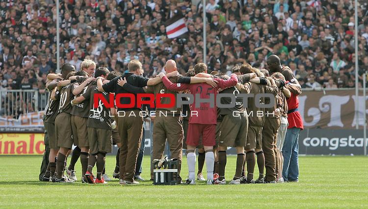 2.Liga FBL 2008/2009  31.Spieltag R&uuml;ckrunde<br /> FC St.Pauli vs. FSV Mainz 05 2:0<br /> <br /> <br /> Siegerteam FC St.Pauli nach Schlusspfiff.<br /> <br /> Foto &copy; nph (nordphoto)<br /> <br /> *** Local Caption ***