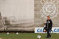 SAO PAULO, 30 DE MAIO DE 2014 - TREINO CORINTHIANS - O técnico Mano Menezes durante o treino.. O time se prepara para enfrentar o time do Botafogo, no próximo domingo, 01 na Arena Corinthians, na Zona Lesta da Capital. foto: Paulo Fischer/Brazil Photo Press.