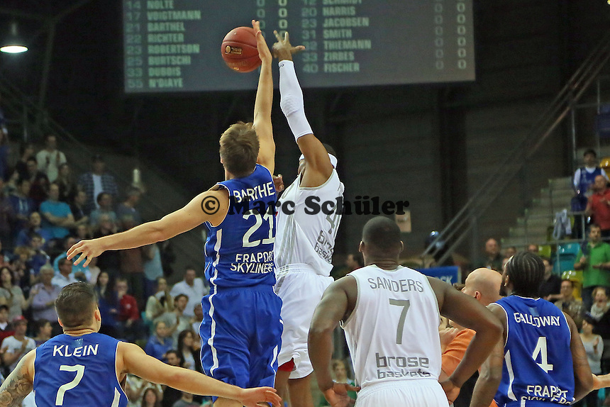Sprungball Danilo Barthel (Skyliners) gegen D'Or Fischer (Bamberg- Fraport Skyliners vs. Brose Baskets Bamberg, Fraport Arena Frankfurt