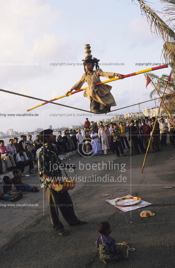 INDIA Mumbai Bombay, girl and her family earn money with street acrobatics at Marine Drive the sea promenade, rope dance / INDIEN Mumbai Bombay, Maedchen und ihre Familie verdient Geld durch Strassenakrobatik am Marine Drive, Seiltanz
