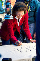 Queen Silvia singning local troops leather blanket. Photo: Mikko Roininen / Scouterna