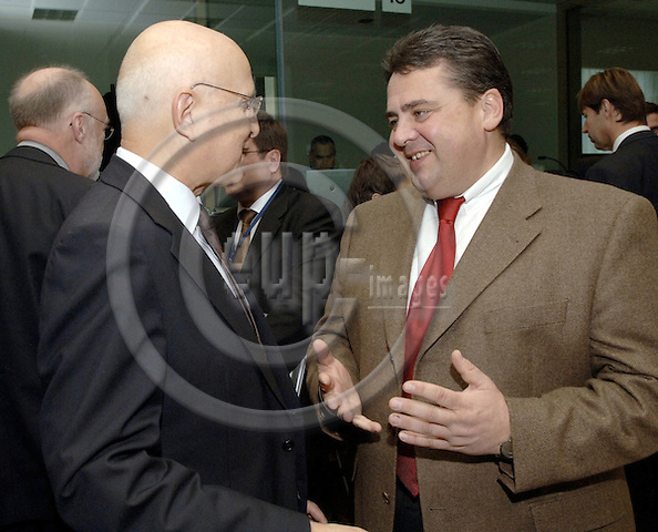 Brussels-Belgium - 02 December 2005---European Ministers for the Environment meet at the EU-Council; here, Sigmar GABRIEL (ri), recently appointed German Federal Minister, with Stavros DIMAS (le), European Commissioner in charge of Environment---Photo: Horst Wagner/eup-images