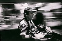 Europe/France/Nord-Pas-de-Calais/59/Nord/Lille : Service des Moules-Frites au  restaurant: Aux Moules  lors de la grande braderie