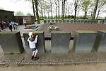 """Foto: VidiPhoto..LANGEMARK - In de aanloop naar de 100-jarige herdenking van het begin van de Eerste Wereldoorlog volgend jaar, is er een toenemende belangstelling voor de honderden militaire begraafplaatsen in België, vooral van scholen. Zo ook het """"Deutscher Soldatenfriedhof"""" in Langemark, West-Vlaanderen, de grootste militaire begraafplaats buiten Duitsland met 44.304 gesneuvelde soldaten. Ruim 24.000 liggen er in een massagraf, een van de grootste massagraven ter wereld. In totaal liggen in België 134.000 Duitse soldaten uit de Eerste Wereldoorlog begraven. Wereldwijd kostte de Eerste Wereldoorlog aan meer dan 9 miljoen soldaten het leven. Foto: Bezoek van een Belgische schoolklas.."""
