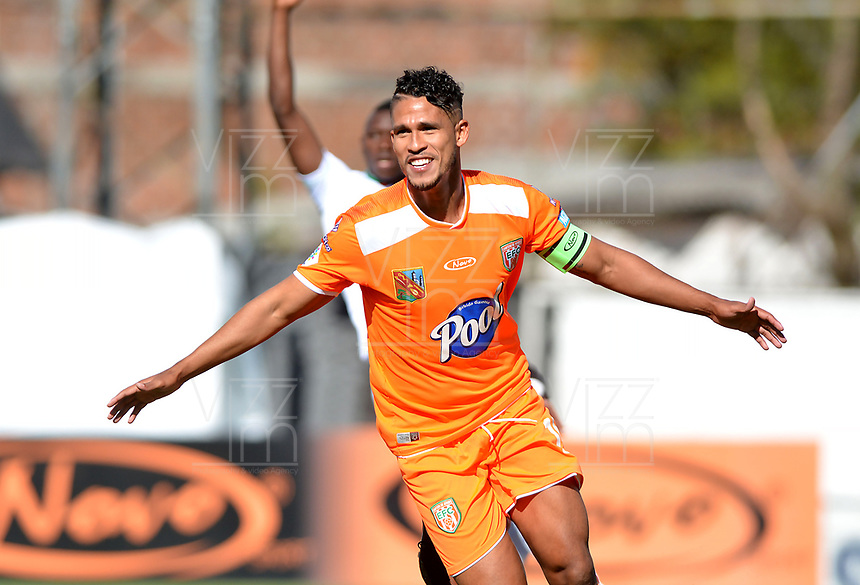 ENVIGADO-COLOMBIA, 01-10-2019: Jairo Palomino de Envigado F. C., celebra el gol anotado a Once Caldas durante partido entre Envigado F. C. y Once Caldas de la fecha 14 por la Liga Águila II 2019, en el estadio Polideportivo Sur de la ciudad de Envigado. / Jairo Palomino of Envigado F. C., celebrates a scored goal to Once Caldas, during a match between Envigado F. C., and Once Caldas of the 14th date  for the Aguila Leguaje II 2019 at the Polideportivo Sur stadium in Envigado city. Photo: VizzorImage / León Monsalve / Cont.