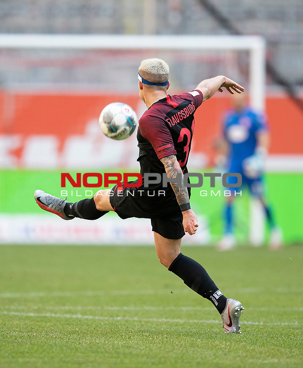 Feature, Philipp MAX (A) in Aktion, Kopfverband, <br />