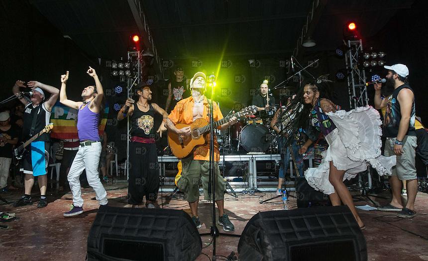 LETICIA, COLOMBIA, D.F. 07 de marzo.- El cantante Manu Chao, Roco Pachukote, Moyenei Valdés, Ruben Albarrán y David Jaramillo del Colectivo Jaguar durante el concierto en el parque Orellana por la protección del Amazonas en el departamento de la Amazonia en Leticia,  Colombia, 08 de marzo de 2015.  FOTO: ALEJANDRO MELENDEZ