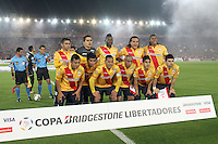 BOGOTA -COLOMBIA. 04-02-2014. Equipo del Morelia de Mexico  contra el Independiente Santa Fe de Colombia partido de vuelta de La Copa Bridgestone Libertadores de America   disputado en el estadio El Campin. / Morelia  team of Mexico against Colombia's Independiente Santa Fe leg of the Copa Libertadores de America Bridgestone played at El Campin. . Photo: VizzorImage / Felipe Caicedo / Staff