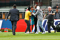 ATENÇÃO EDITOR: FOTO EMBARGADA PARA VEÍCULOS INTERNACIONAIS - SÃO PAULO,SP,06 SETEMBRO 2012 - TREINO SELEÇÃO BRASILEIRA - Torcedores invadem durante treino da seleção brasileira na tarde de hoje no estadio Cicero Pompeu de Toledo (Morumbi).FOTO ALE VIANNA - BRAZIL PHOTO PRESS.