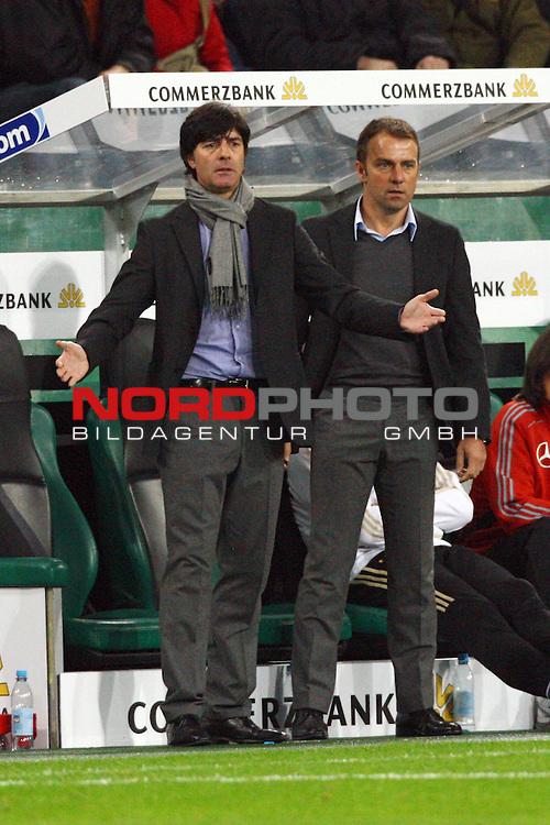 Fussball, L&permil;nderspiel, WM 2010 Qualifikation Gruppe 4 in M&circ;nchengladbach ( Borussia Park ) <br /> Deutschland (GER) vs. Wales ( GB )<br /> <br /> Joachim L&circ;w (GER Loew Trainer / Coach der Deutschen Nationalmannschaft) und Hans-Dieter Flick (GER Co-Trainer / Coach der Deutschen Nationalmannschaft) am Feldrand gestikulierend.<br /> <br /> Foto &copy; nph (  nordphoto  ) *** Local Caption ***