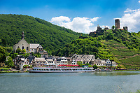 Deutschland, Rheinland-Pfalz, Moseltal, Beilstein an der Mosel mit Burg Metternich, Ausflugsschiff | Germany, Rhineland-Palatinate, Moselle Valley, Beilstein at river Moselle with castle Metternich and excursion ship