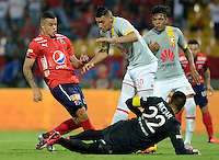 MEDELLÍN -COLOMBIA-12-03-2016. Marlon Piredrahita (Der) de Independiente Medellín disputa el balón con Yeison Gordillo (Izq) de Independiente Santa Fe durante partido por la fecha 9 de la Liga Águila I 2016 jugado en el estadio Atanasio Girardot de la ciudad de Medellín./ Marlon Piredrahita (R) player of Independiente Medellin fights for the ball with Yeison Gordillo (L) Independiente Santa Fe during the date 9 of Aguila League I 2016 played at Atanasio Girardot stadium in Medellin city. Photo: VizzorImage/ León Monsalve /Str