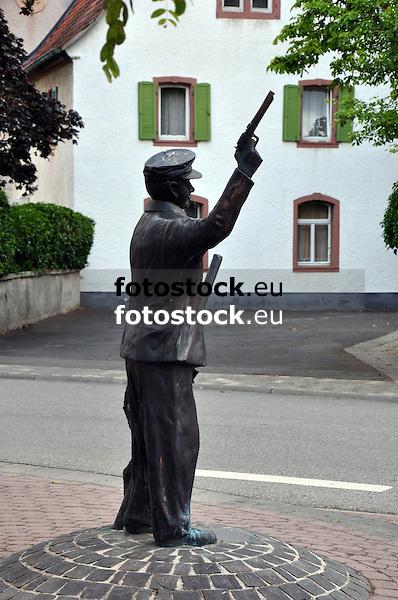 Denkmal für den Wingertsschütz vorm Rathaus in Uelversheim