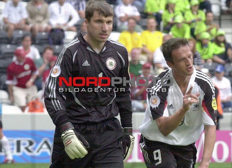 Europameisterschaft 2004 Portugal<br /> <br /> Lettland - Deutschland<br /> <br /> <br /> Fredi Bobic (Deutschland) zeigt es an &quot;So viel hat gefehlt&quot;. Der Lettische Torwart  Aleksandrs Kolinko siehts gelassen.<br /> <br /> Foto &copy; nordphoto