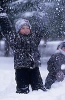 Amérique/Amérique du Nord/Canada/Quebec/Rivière-Eternité : Emilie lors d'une partie de boules de neige [Autorisation : N° 200]