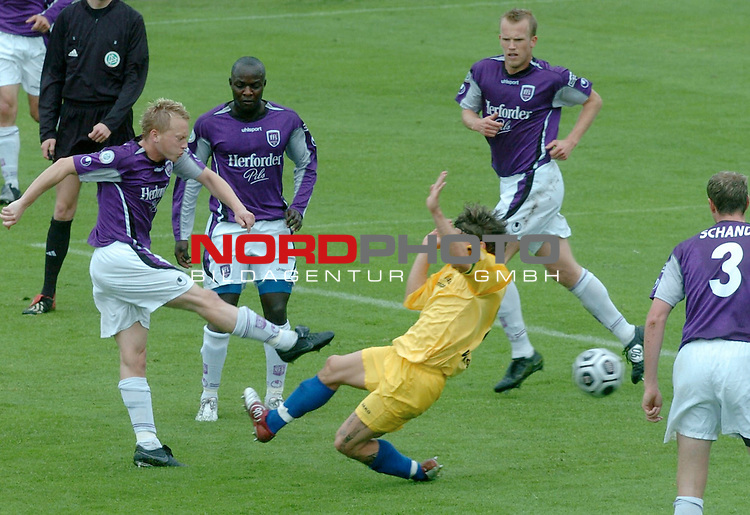 RLN 2005/2006 -37 . Spieltag - RŁckrunde<br />  VFL Osnabrueck vs.Kickers Emden<br /> Michael KŁgler schuŖ gegenHannes Wilking hinte Mega u.deJong<br /> <br /> <br /> <br /> <br /> Foto &copy; nordphoto <br /> <br /> <br /> <br />  *** Local Caption *** Foto ist honorarpflichtig! zzgl. gesetzl. MwSt.<br /> <br />  Belegexemplar erforderlich<br /> <br /> Adresse: nordphoto<br /> <br /> Georg-Reinke-Strasse 1<br /> <br /> 49377 Vechta