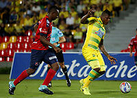 BUCARAMANGA - COLOMBIA, 18-09-2017: Marlon Torres (Der) jugador del Atlético Bucaramanga disputa el balón con Juan F Caicedo (Izq) jugador de Independiente Medellín durante partido por la fecha 12 de la Liga Águila II 2017 jugado en el estadio Alfonso López de la ciudad de Bucaramanga. / Marlon Torres (R) player of Atletico Bucaramanga struggles the ball with Juan F Caicedo (L) player of Independiente Medellin during match for the date 12 of the Aguila League II 2017 played at Alfonso Lopez stadium in Bucaramanga city. Photo: VizzorImage / Oscar Martínez / Cont