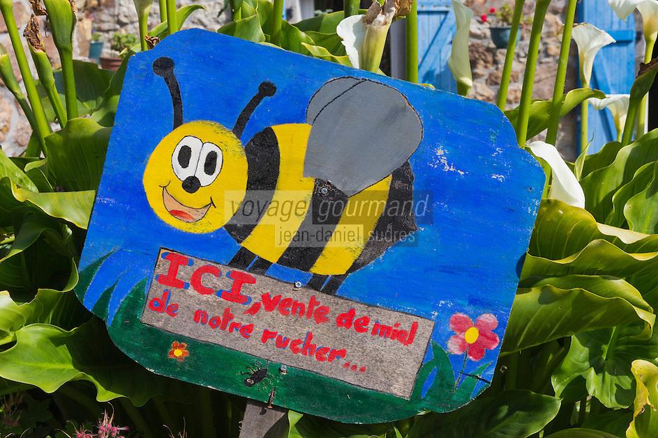 France, Bretagne, (29), Finistère, Presqu'île de Crozon, Crozon: Hameau de Montourgard, Penty,  enseigne apiculteur, vente directe de miel