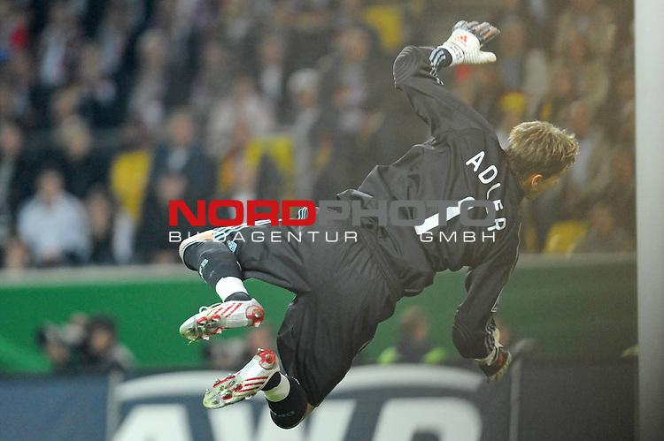 Fussball, L&auml;nderspiel, WM 2010 Qualifikation Gruppe 4 Westfalen Stadion Dortmund ( SIGNAL IDUNA PARK )<br />  Deutschland (GER) vs. Russland ( RUS )<br /> <br /> ein Rene Adler ( GER / Bayer 04 Leverkusen #01 ) kommt geflogen<br /> <br /> Foto &copy; nph (  nordphoto  )<br />  *** Local Caption ***