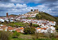 Spanien, Andalusien, Provinz Huelva, Cortegana: Pueblo blanco mit dem Castillo de Cortegana aus dem 13. Jahrhundert | Spain, Andalusia, Province Huelva, Cortegana: White village beneath the 13th century castillo