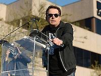 BEVERLY HILLS, CA, 26.02.2017 - PROTESTO-TRUMP - Michael J. Fox fala durante protesto contra o o presidente norte americano Donald Trump no United Voices Rally na United Talent Agency em Beverly Hills, Califórnia nos Estados Unidos neste domingo, 26. (Foto: Gilbert Flores/Brazil Photo Press)