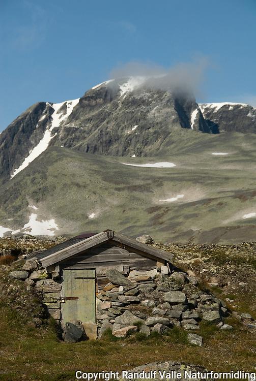 Steinbu i Svånådalen i Dovrefjell. Svånåtindan i bakgrunnen ---- Hut in Svånådalen in Dovrefjell