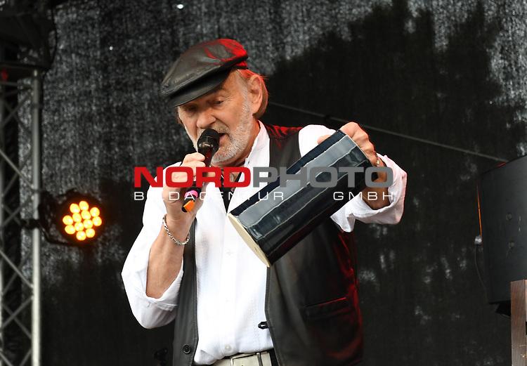 07.07.2019,  Lueneburg, Rote Rosen Fantag,  im Bild Claus Dieter Clausnitzer bei der Versteigerung der Requisiten Foto © nordphoto / Witke