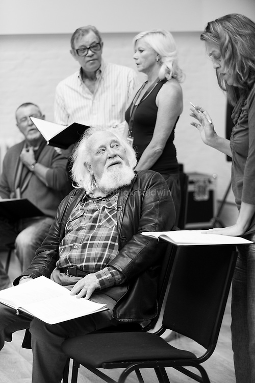 """King Lear"" rehearsed reading rehearsals. Old Vic Theatre. Director: Jonathan Miller. L to R: John Nettles, Michael York, Joss Ackland (seated), Felicity Dean, Greta Scacchi."