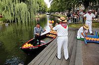 Kaasmarkt Edam. Kaas wordt met bootjes aangevoerd