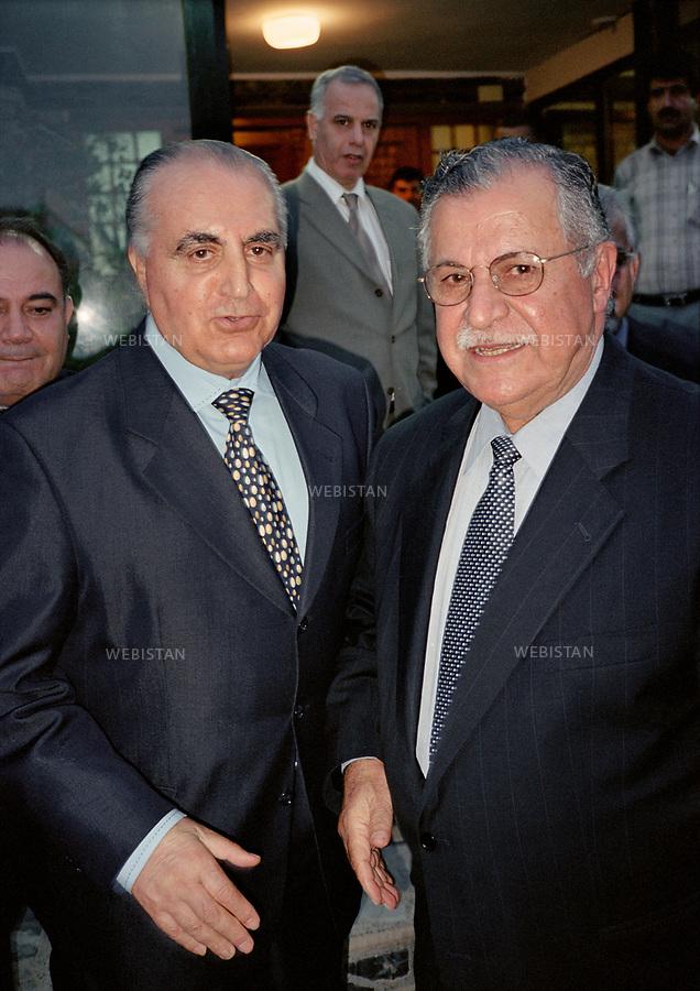 Irak, Souleymanye, Octobre 2002<br />Jalal Talabani (&agrave; droite), fondateur de l&rsquo;Union Patriotique du Kurdistan (UPK), en compagnie de Ali Qazi Muhammad (&agrave; gauche), fils du premier pr&eacute;sident de la R&eacute;publique de Mahabad ou R&eacute;publique du Kurdistan. Il resta en poste un an, et fut arr&ecirc;t&eacute; apr&egrave;s la reconqu&ecirc;te iranienne, puis ex&eacute;cut&eacute; par pendaison en 1947.<br />Pr&eacute;sident de la R&eacute;publique d&rsquo;Irak de 2005 &agrave; 2014, Jalal Talabani est mort &agrave; l'&acirc;ge de 83 ans mardi 3 octobre 2017. Victime d'une attaque cardiaque en 2012, son &eacute;tat s'&eacute;tait consid&eacute;rablement aggrav&eacute;, n&eacute;cessitant qu'il soit transport&eacute; en Allemagne peu avant le r&eacute;f&eacute;rendum pour l'autonomie du Kurdistan irakien du 25 septembre 2017.<br />N&eacute; en 1933, il &eacute;tait per&ccedil;u comme le v&eacute;ritable rival de l'actuel pr&eacute;sident du Kurdistan irakien, Massoud Barzani. Il avait combattu en personne durant la grande r&eacute;volte kurde de 1961, et s'&eacute;tait dress&eacute; contre Saddam Hussein et l'oppression de ses troupes &agrave; l'encontre du peule kurde. <br /><br />Iraq, Sulaymaniyah, October 2002<br />Jalal Talabani (right), founder of the Patriotic Union of Kurdistan (UPK), accompanied by Ali Qazi Muhammad (left), son of the first president of the Republic of Mahabad or Republic of Kurdistan. He remained in office for one year, and was arrested after the Iranian reconquest, and then executed by hanging in 1947.<br />President of the Republic of Iraq from 2005 to 2014, Jalal Talabani died at the age of 83 on Tuesday, October 3rd, 2017. He suffered a heart attack in 2012. As his condition had worsened considerably, he was transported to Germany shortly before the referendum in the autonomy of Iraqi Kurdistan on September 25th, 2017.<br />Bornin 1933, he was perceived as the real rival of the current president of Iraqi Kurdist