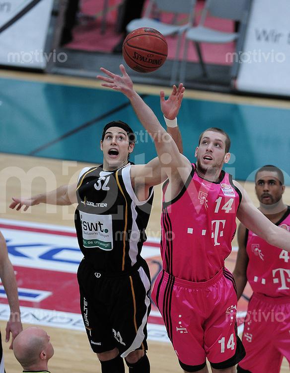 Basketball   1. Bundesliga 2009/2010  22.04.2010 Walter Tigers Tuebingen -   Telekom Baskets Bonn Hochball; Dane Watts  (li, Tigers) gegen  Tim Ohlbrecht (re, Telekom Baskets)