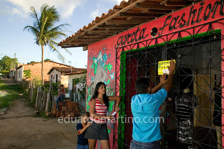 "One of Palmas Bank member of staff, Francisco Gilvanilson Holanda Ibiapino, visits the owner of ""Garota Fashion"" clothes shop, Maria da Conceição Holanda Granja, to evaluate her credit request. .Conjunto Palmeiras, Fortaleza, Ceara, Brazil.Photo: Eduardo Martino / Documentography"