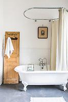 Changer de décor, préférer l'espace d'une maison à un appartement parisien, trouver un terrain de jeu pour marier leurs univers, c'était le projet d'Alexandra et Nicolas Valla, fondateurs du cabinet de décoration et de la marque Royal Roulotte. Aujourd'hui, ils l'ont réalisé avec la rénovation de leur maison près de Rambouillet.