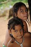Indígenas emberá / niñas en comunidad indígena emberá, Panamá.